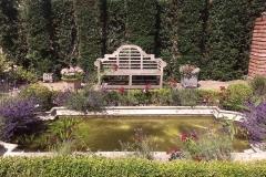 Bank am Wasserbecken im Klostergarten-min