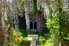 Durchgang zum Klostergarten im Juni-min