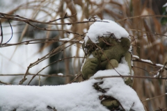 Gargoyle friert im Schnee-min