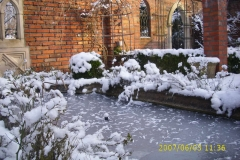 Winter im Klostergarten am Wasserbecken-min