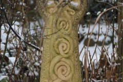 keltisches-Kreuz-aus-Wales-beim-Wasserlauf-min